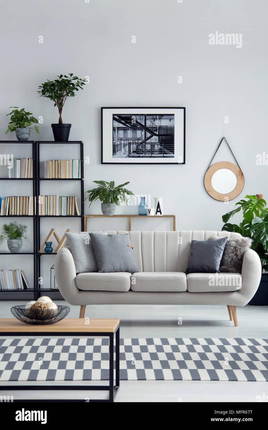 Canapé beige dans un simple salon design noir avec intérieur ...