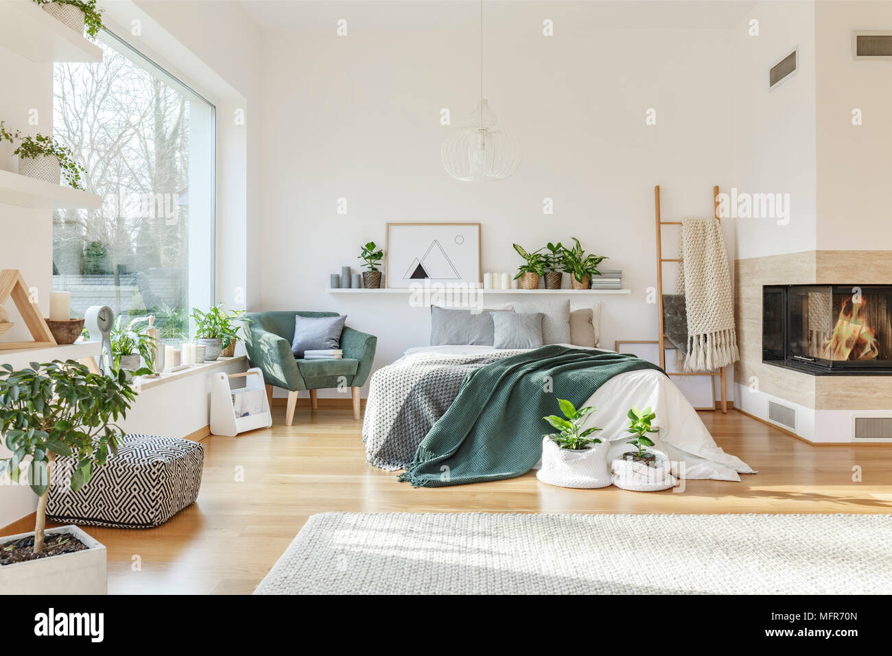 Intérieur chambre à coucher avec lit king size, tapis, fauteuil ...