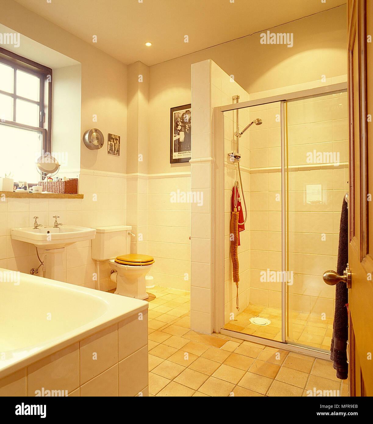Salle De Bains Murs Creme Blanc Baignoire Lavabo Toilettes Avec