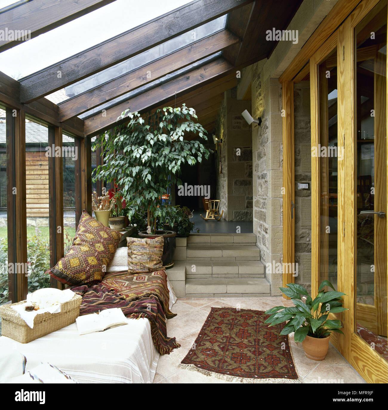 Véranda en pays grange convertie toit en pente en bois mur en pierre ...