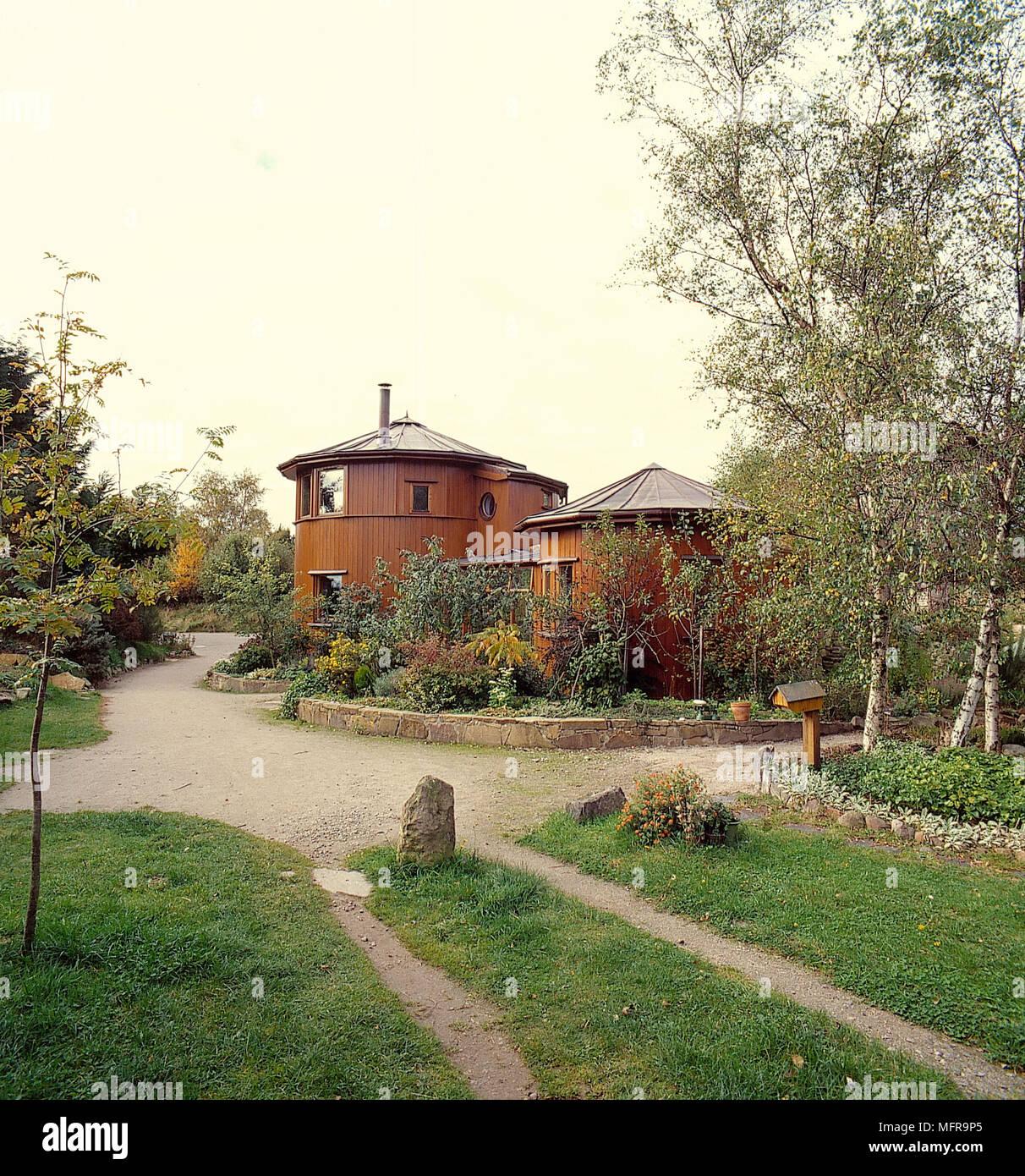 Maison de campagne moderne à l\'extérieur des bâtiments de bois rond ...
