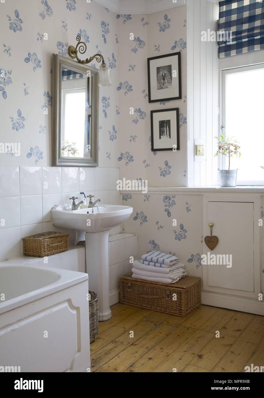 Salle De Bain Motif miroir au-dessus d'un lavabo dans la salle de bains de style