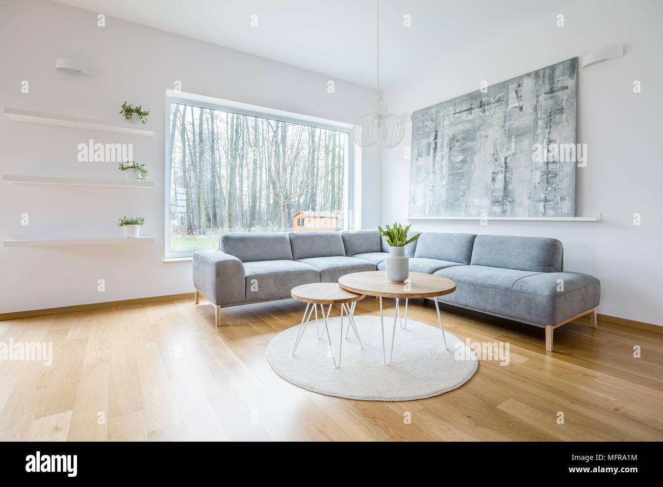 Deux tableaux placés sur un tapis rond blanc à l\'intérieur ...