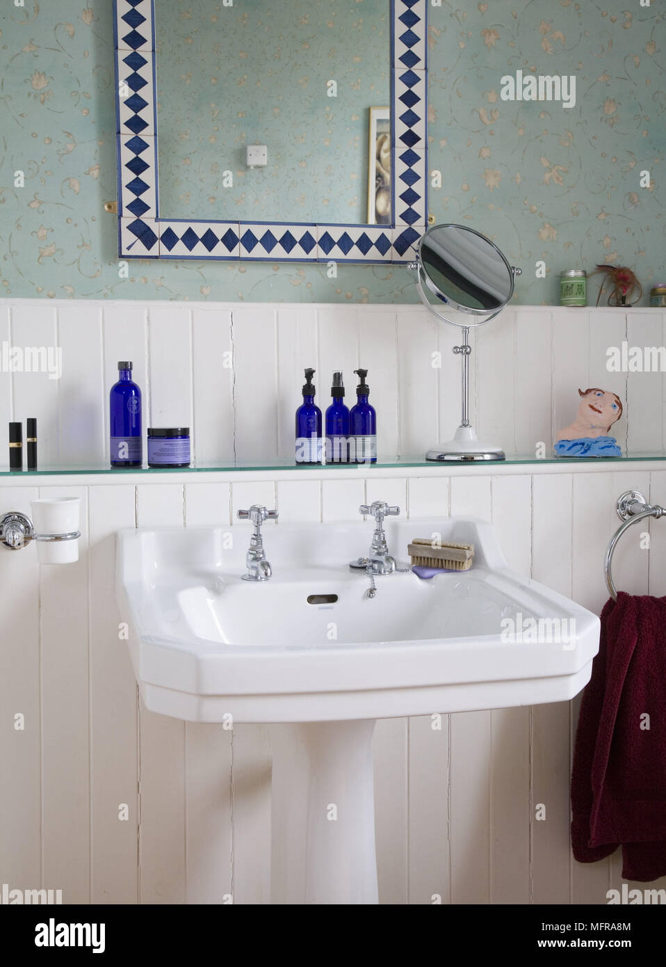 Faience Coloree Salle De Bain ~ Toilette Gratuits Sur Tag Re En Verre Au Dessus Du Lavabo Sur