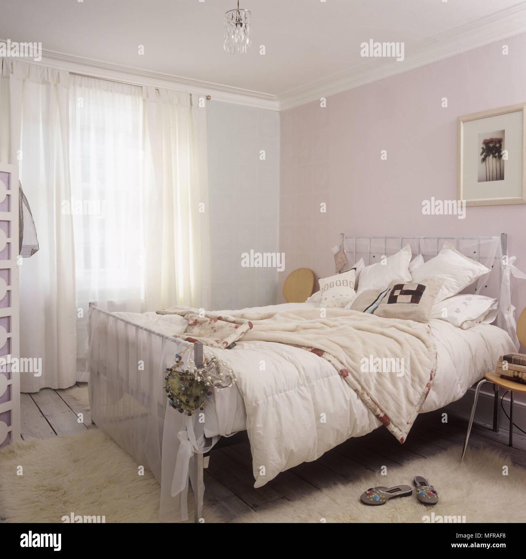 Un Détail Du0027un Pays Aux Couleurs Pastel Chambre Avec Un Lit Double Et Une  Chaise Paravent Photo Sur Le Mur.