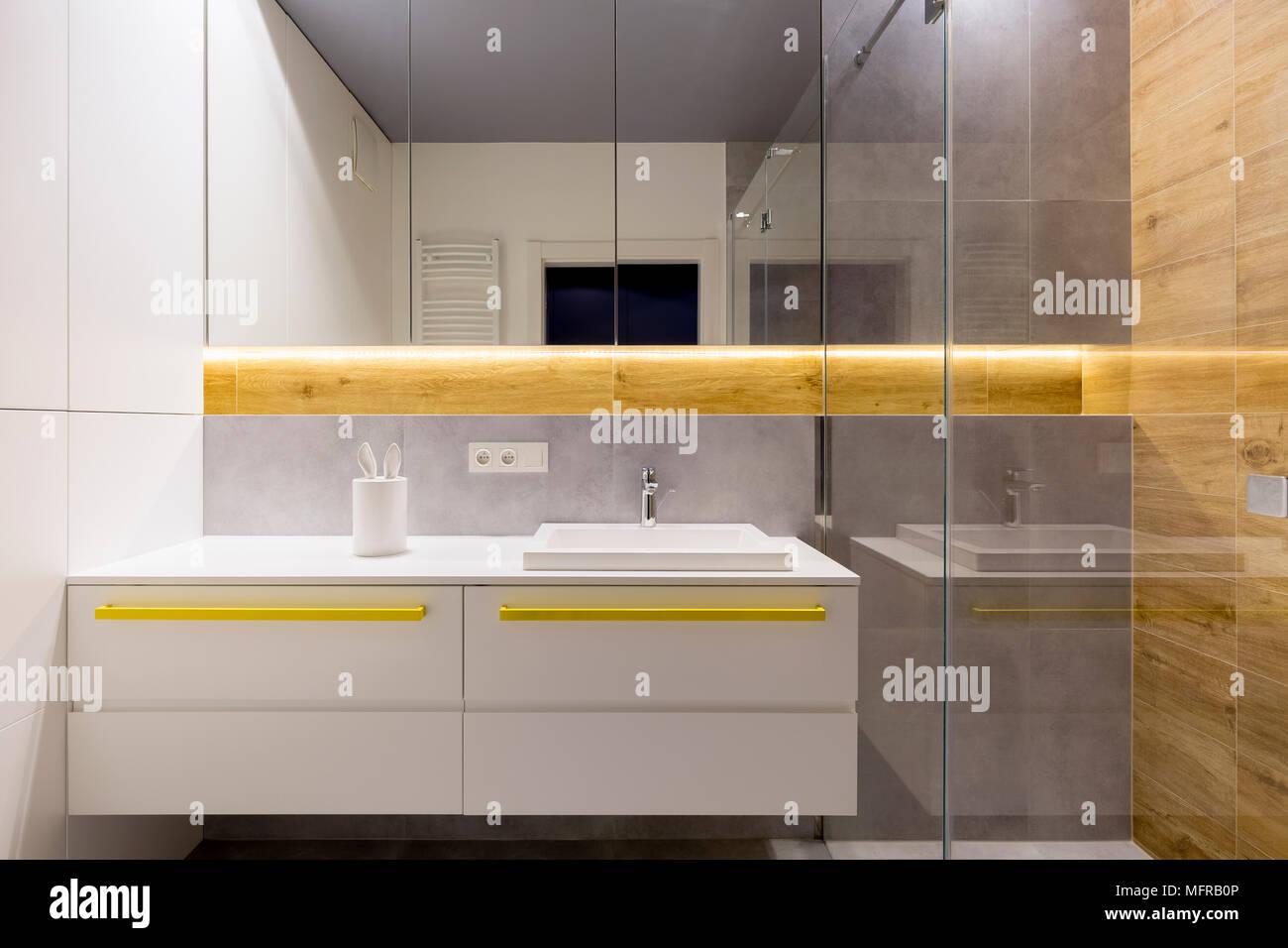 Salle de bains blanc et gris intérieur avec accents jaune ...