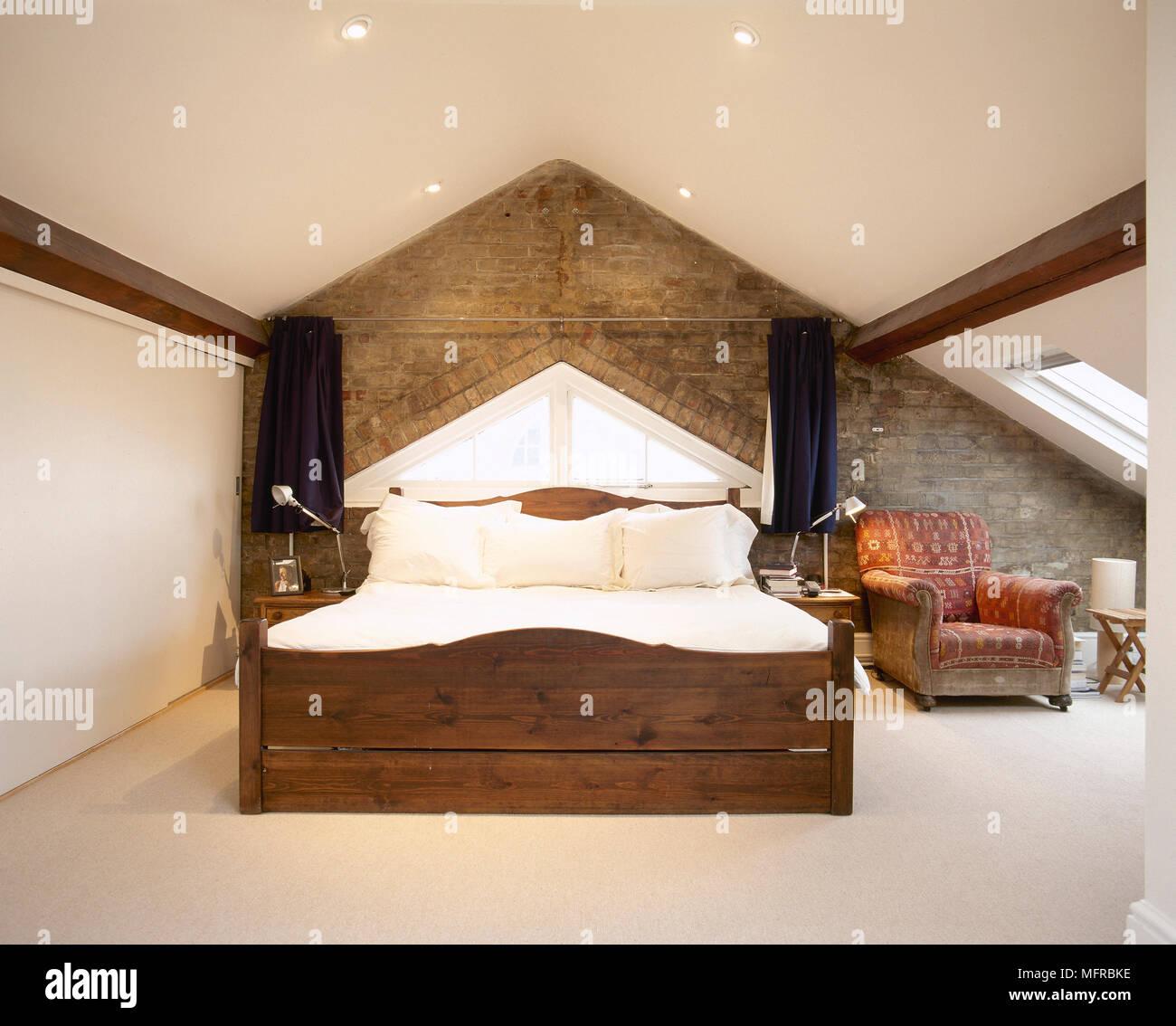 dans une chambre loft converti avec mur en briques apparentes et d