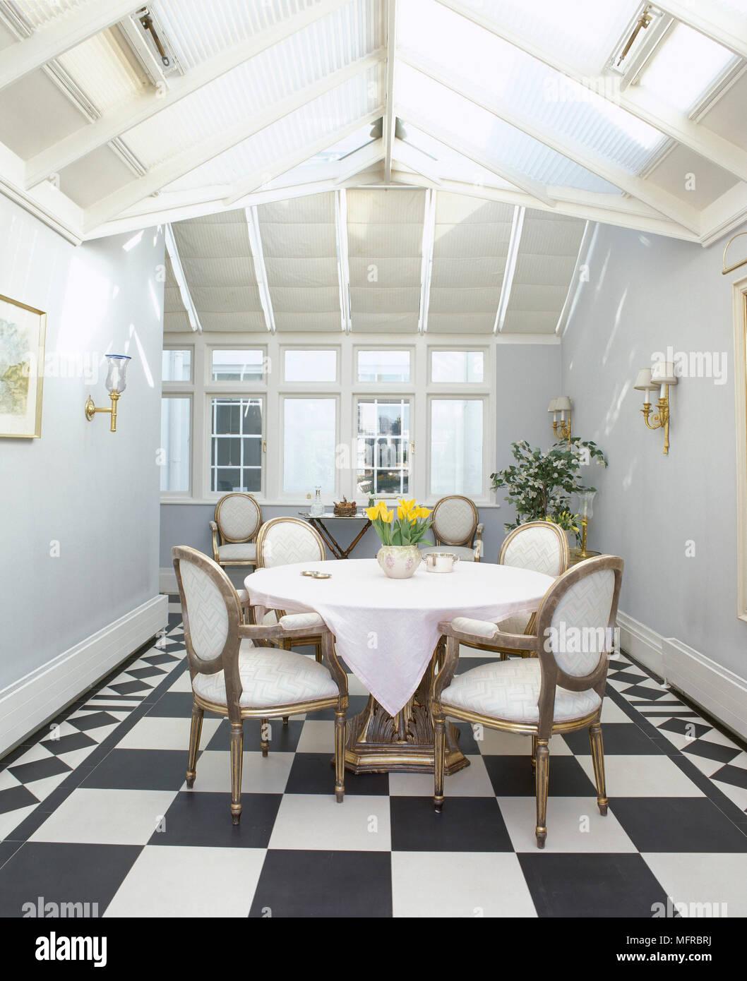 Salle à manger avec toit en verre inclinée, noir et blanc, sol et ...