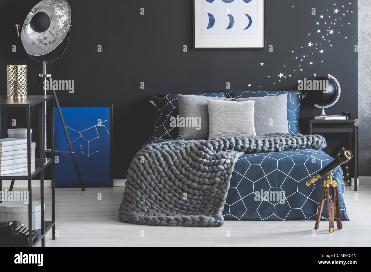 Lit dans le gris et le bleu foncé de l\'intérieur chambre à coucher ...