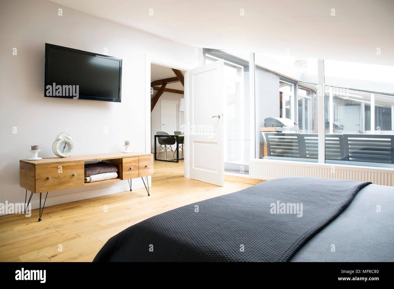 Vue latérale de l\'intérieur chambre à coucher avec TV, armoire en ...