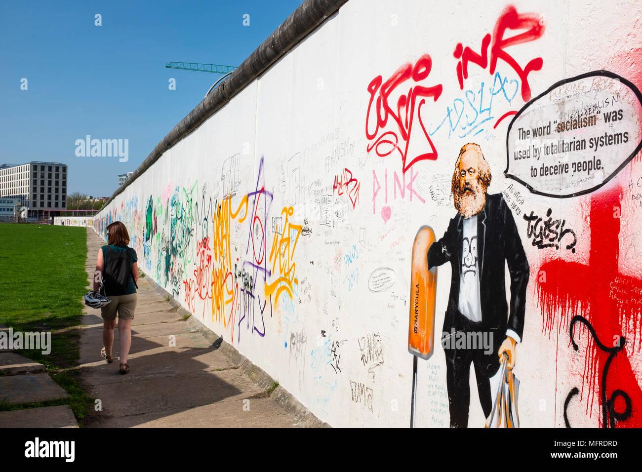 Voir l'article original du mur de Berlin avec des graffitis au East Side Gallery à Friedrichshain, Berlin, Allemagne Photo Stock