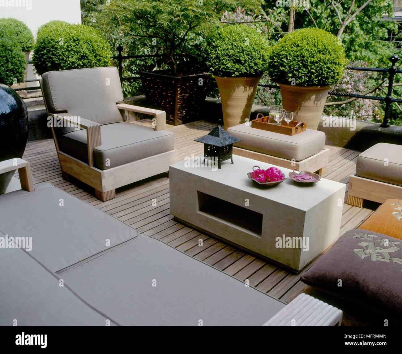 Un toit moderne terrasse dans le jardin avec un patio en bois ...