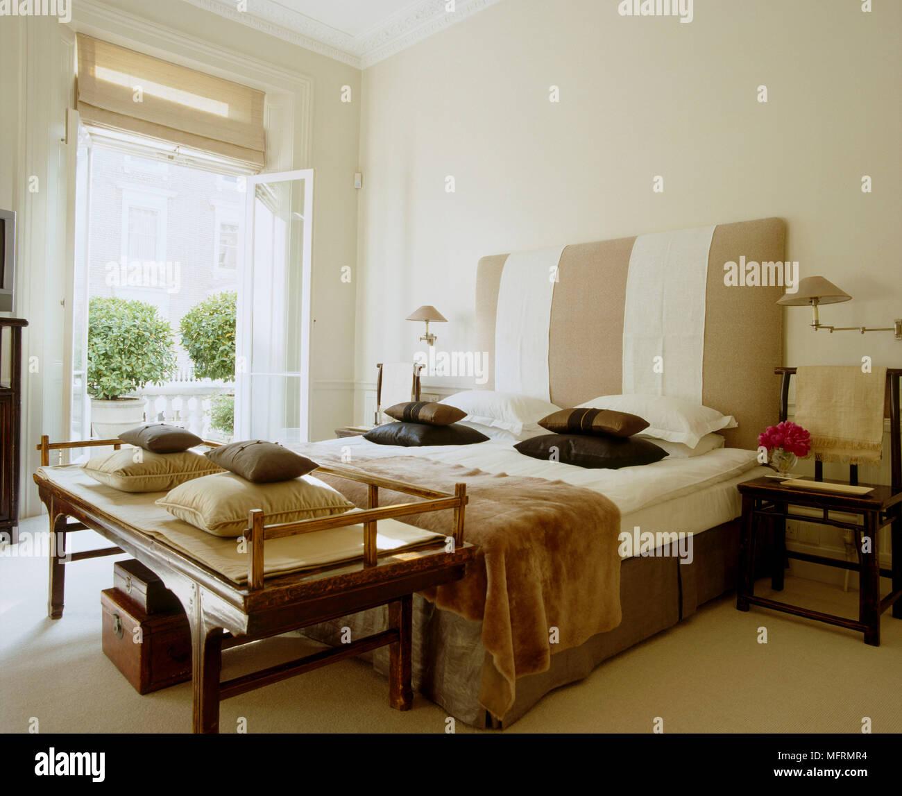 Un lit double chambre à coucher neutre moderne avec table de chevet ...