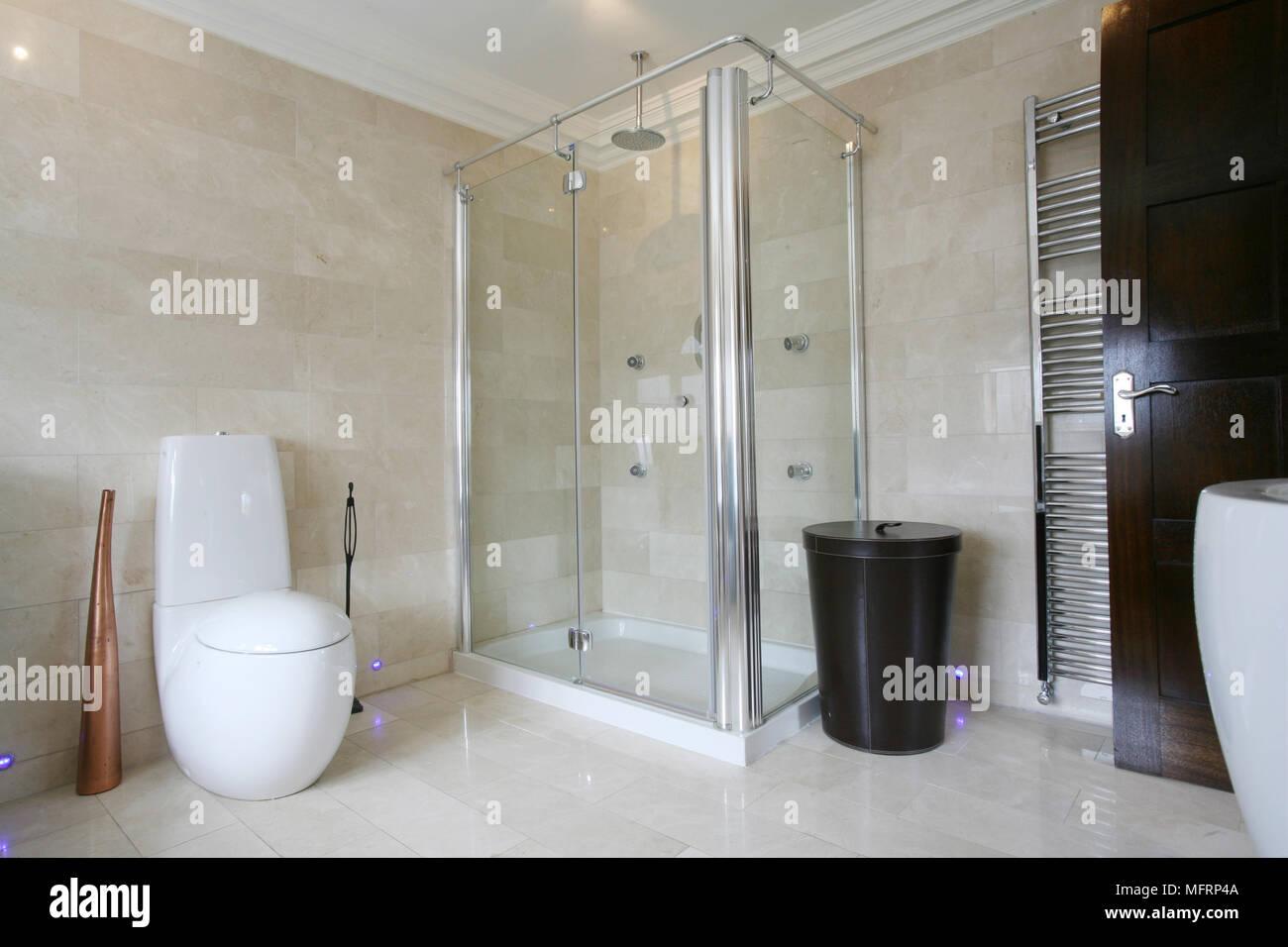 Cabine de douche en coin de salle de bains moderne Banque D\'Images ...