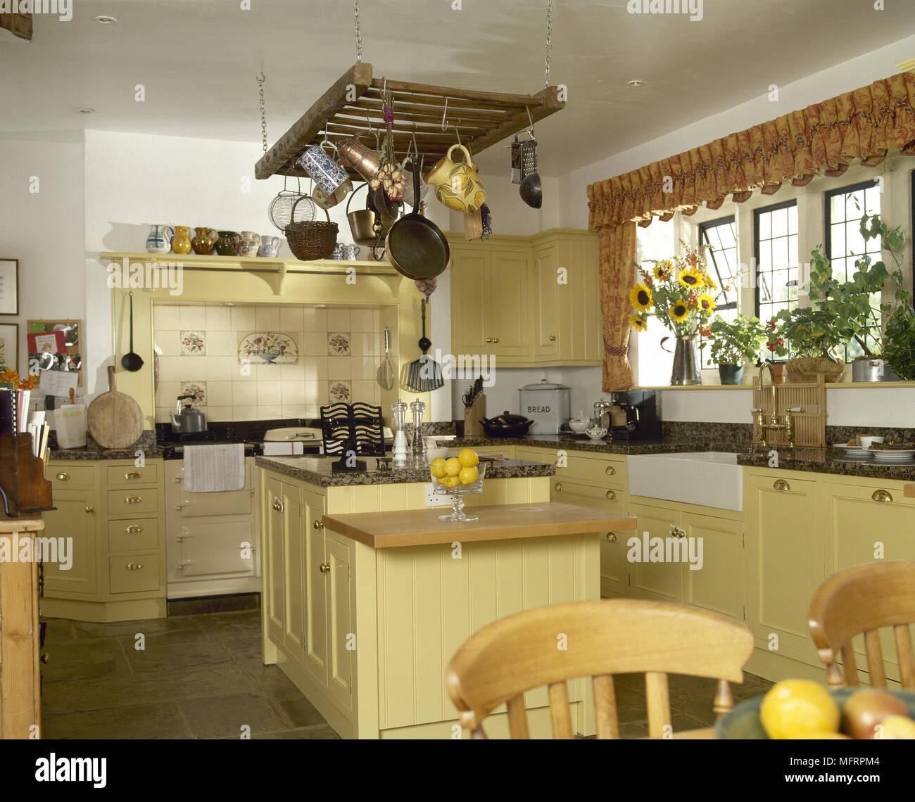 Cuisine traditionnelle du pays, avec des armoires en bois peint en ...