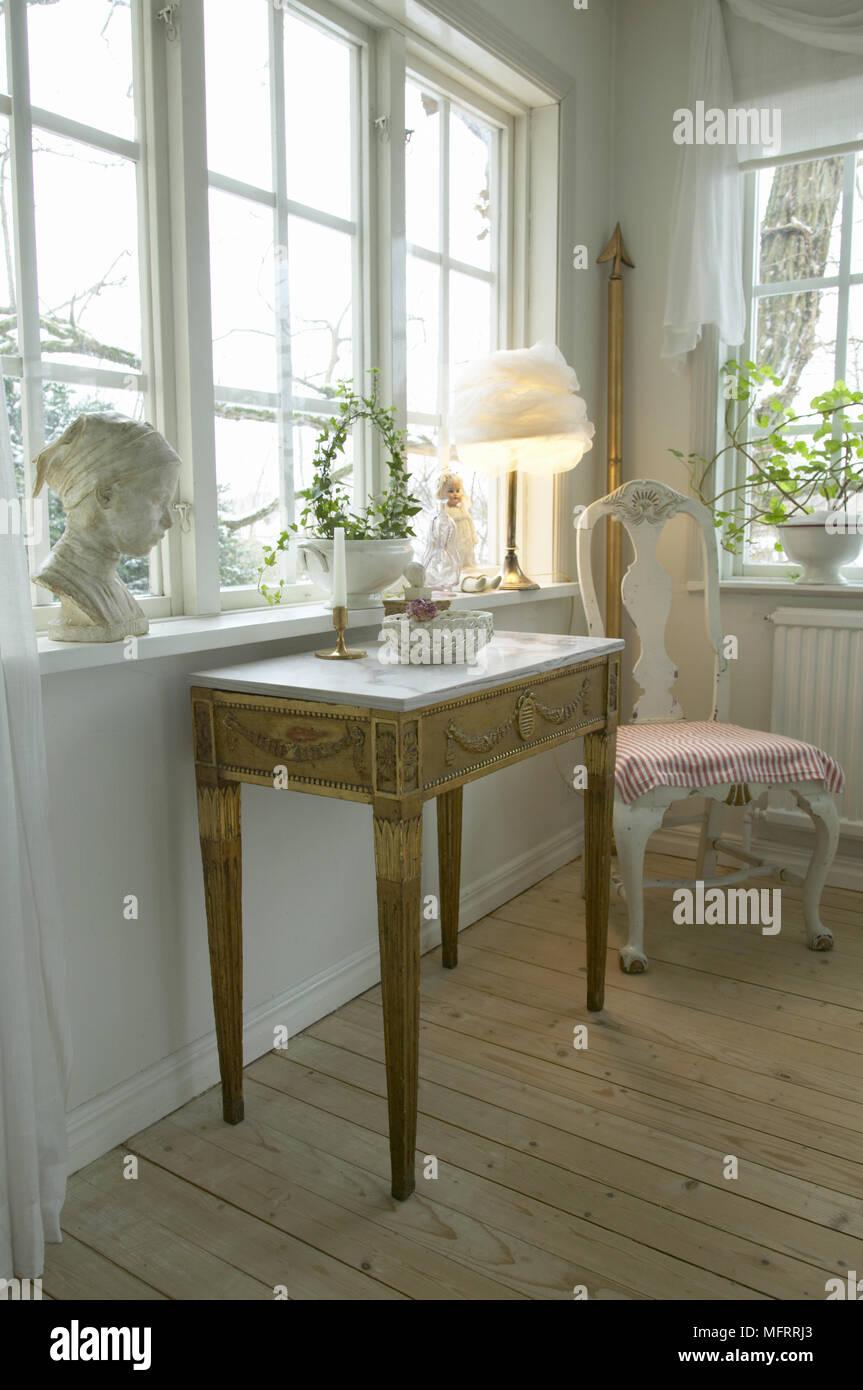 Salon Suedois Avec Des Murs Peints En Blanc Et De Meubles