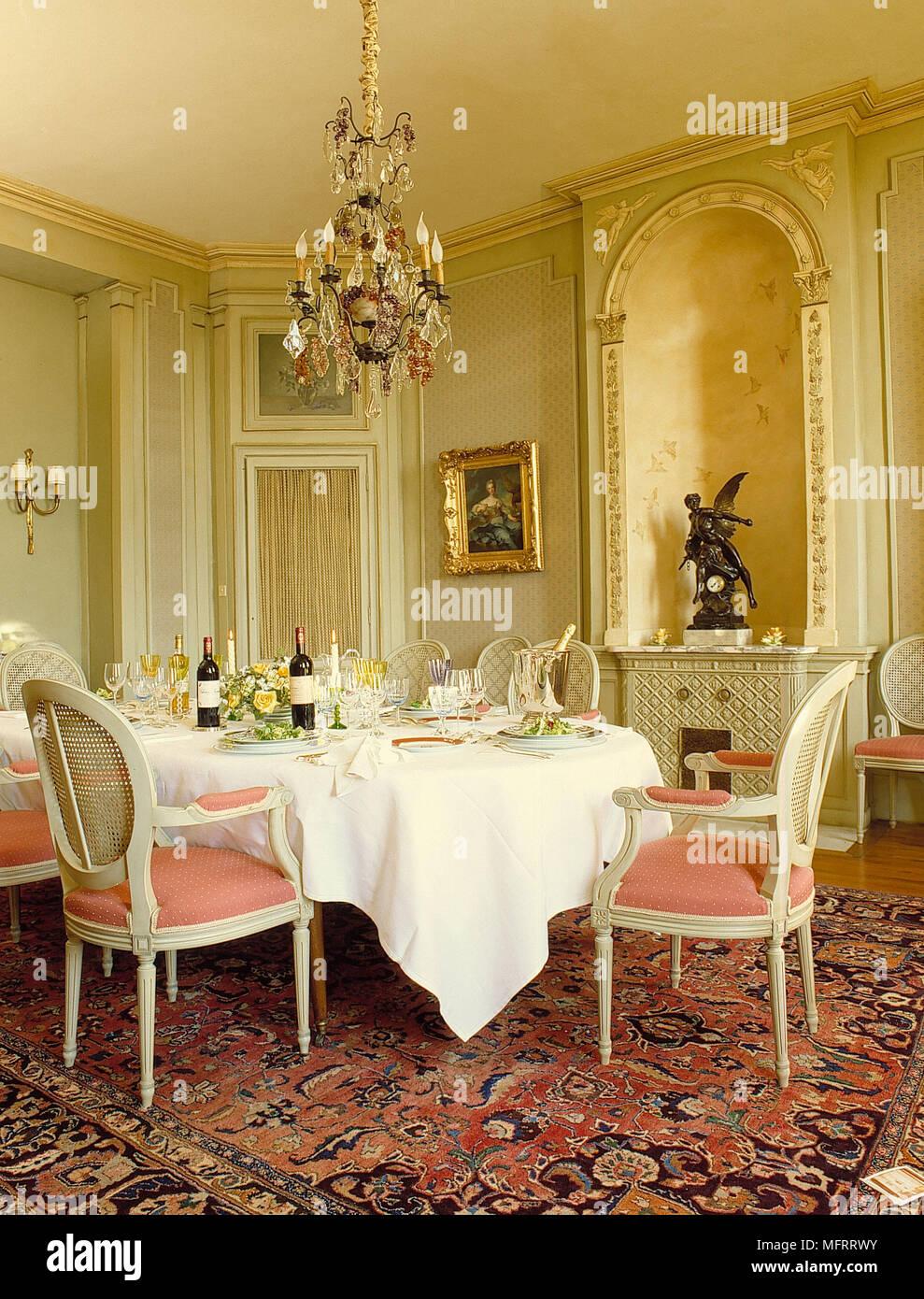 Chandelier Longue Table Et Chaises Capitonnees En Salle A Manger