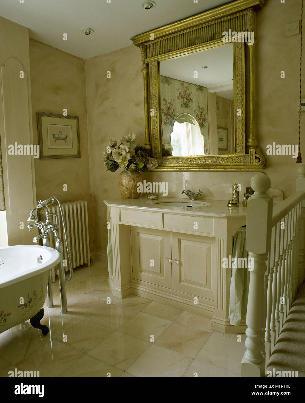 Spot Au Dessus Lavabo salle de bains en marbre crème et carrelage miroir doré au