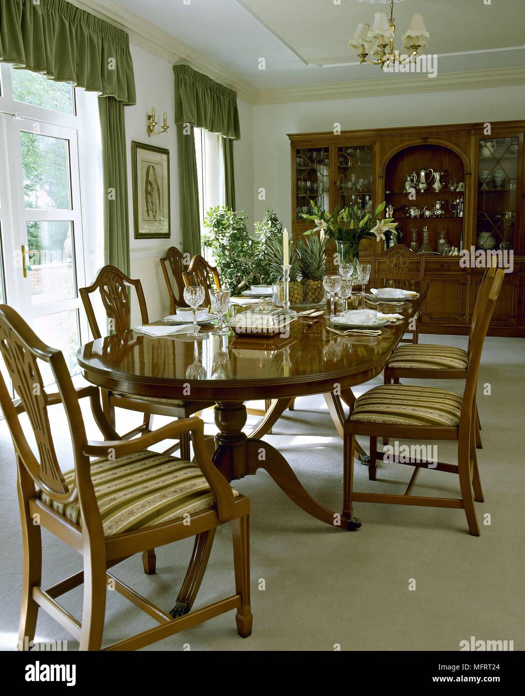 Incroyable Salle à Manger En Acajou Avec Table Et Chaises De Style Chippendale.