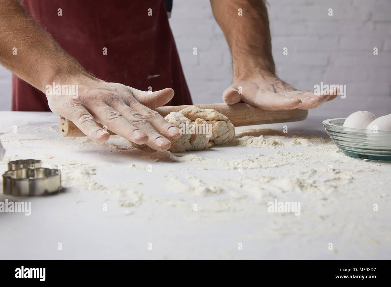 Portrait du chef la pâte de roulement à rouleau à pâtisserie Photo Stock