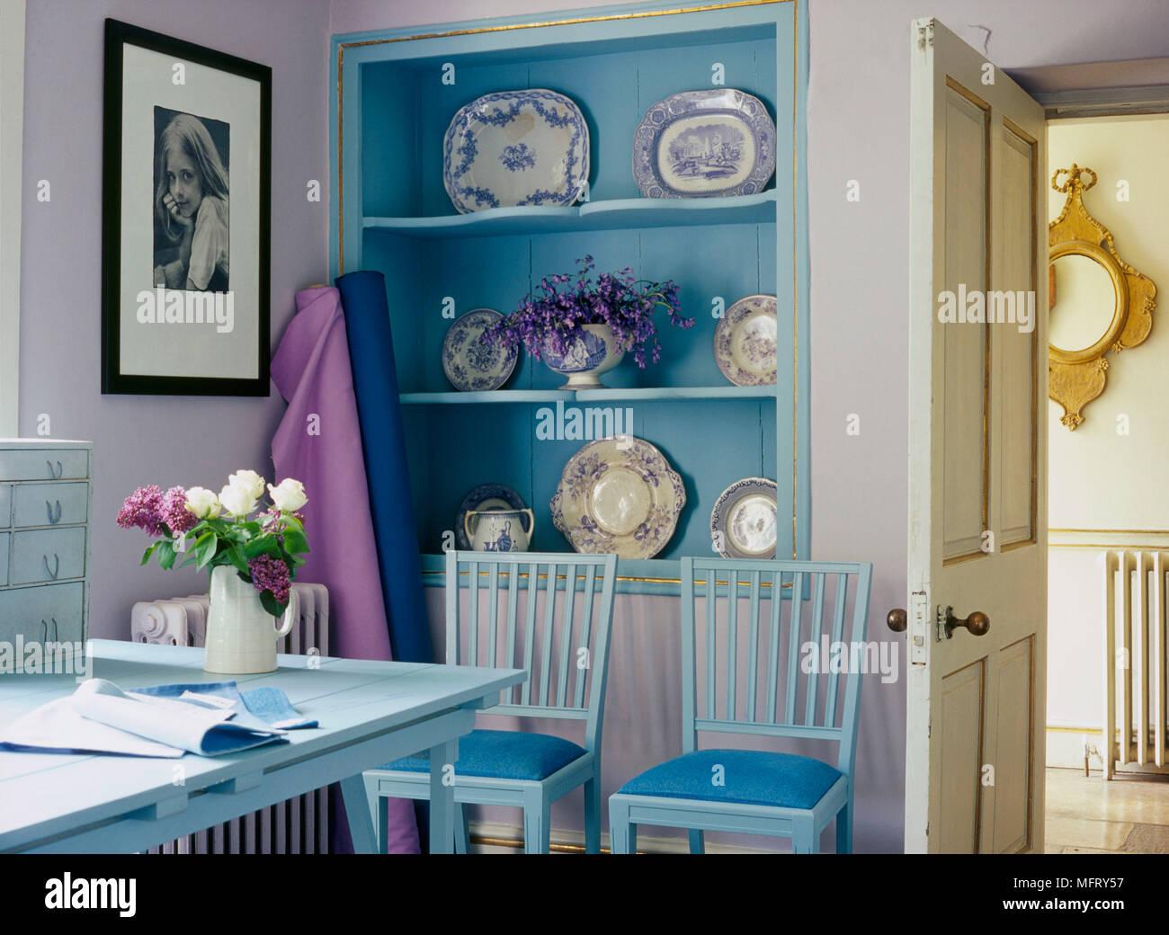 Un détail d une étude pays lilas bleu bureau avec chaises en bois