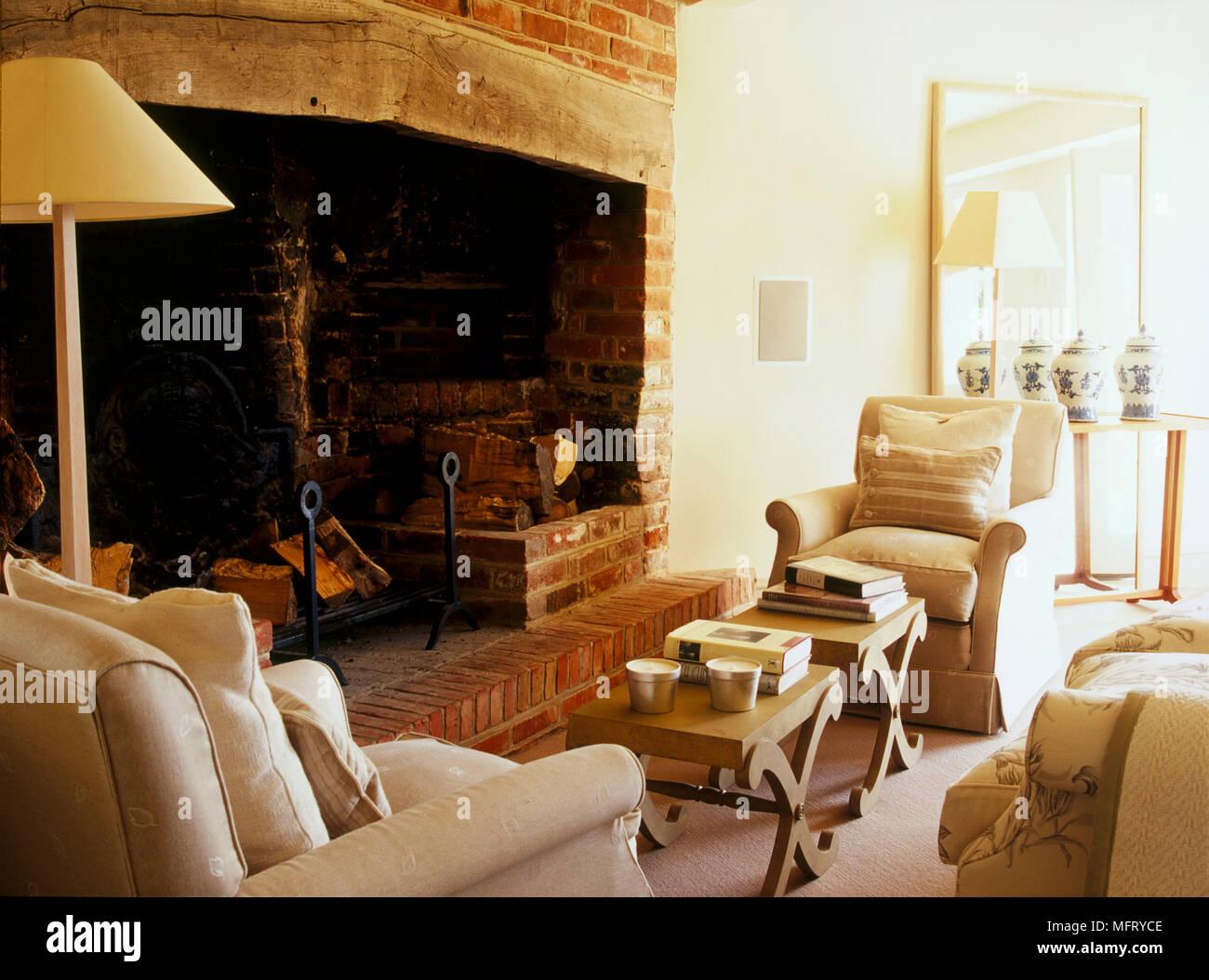 Un chalet traditionnel salon avec cheminée et fauteuils ...