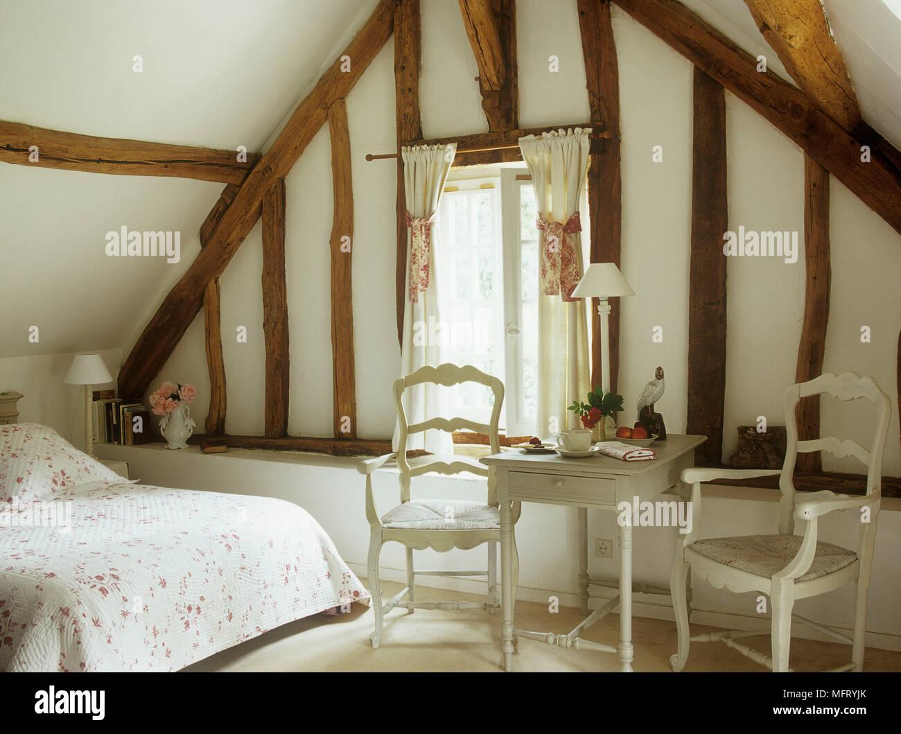 fran ais pays chambres poutres apparentes peintes en blanc et le couvre lit floral lit chaises. Black Bedroom Furniture Sets. Home Design Ideas