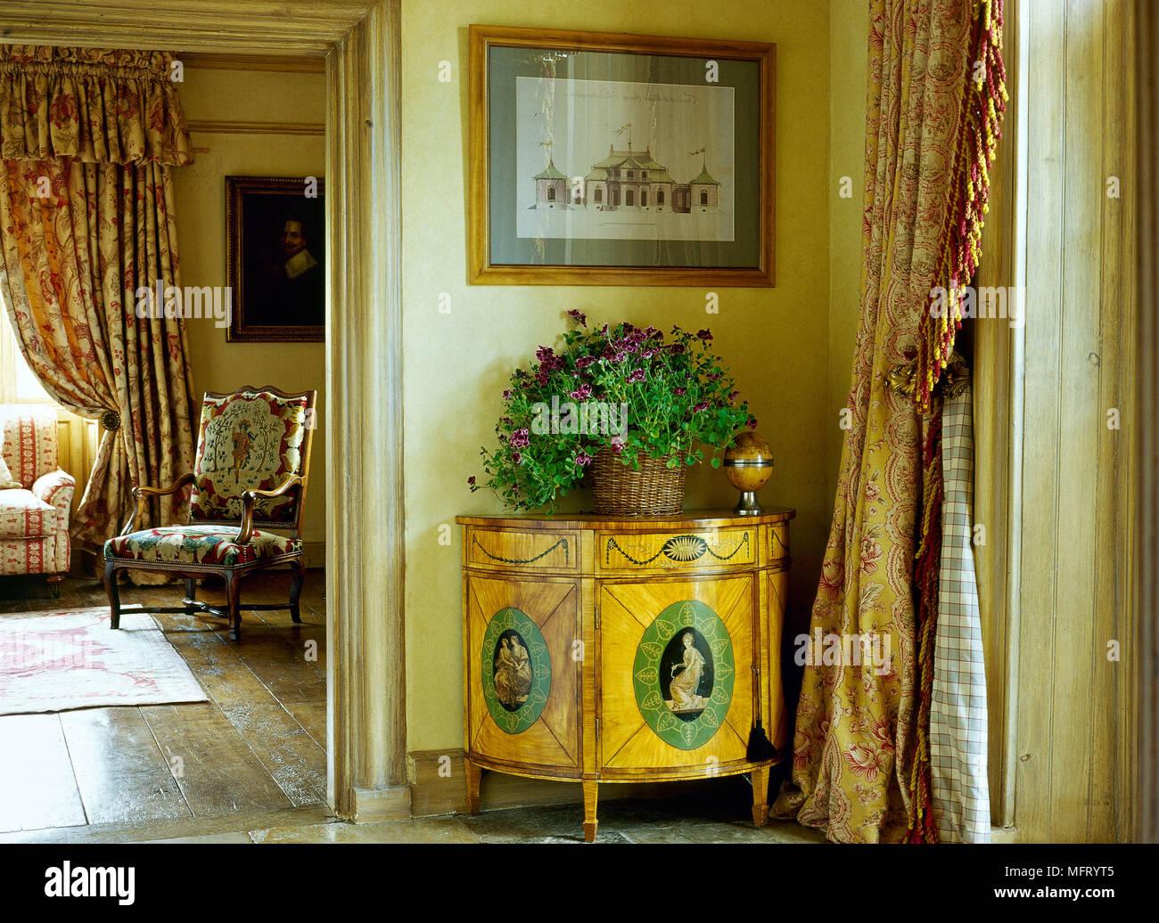 Détail Couloir Traditionnel Cabinet Marqueté Des Rideaux Salles