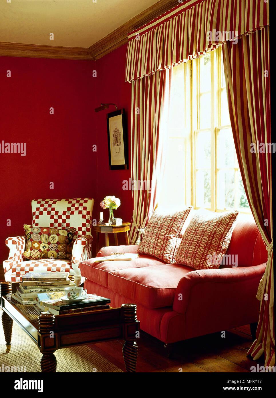 Rouge traditionnel salon canapé rideaux rayés cantonnières fauteuil ...