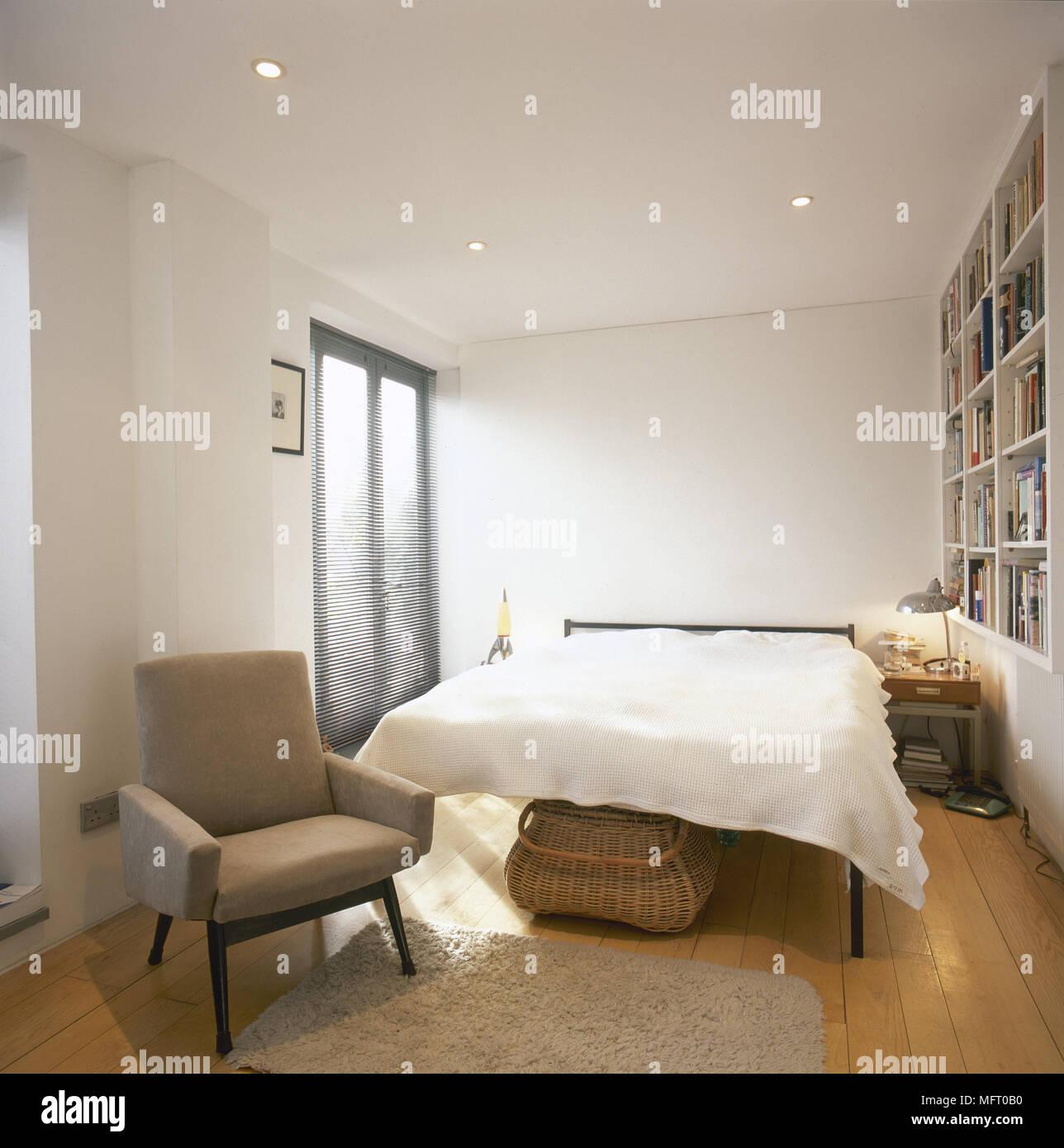 Chambre à coucher moderne avec plancher en bois, lit double ...