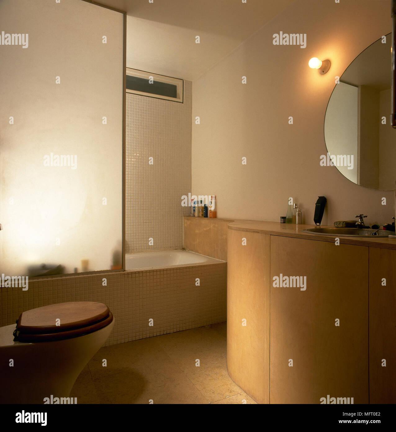 Salle de bains moderne avec un sol carrelé, d\'une baignoire avec ...