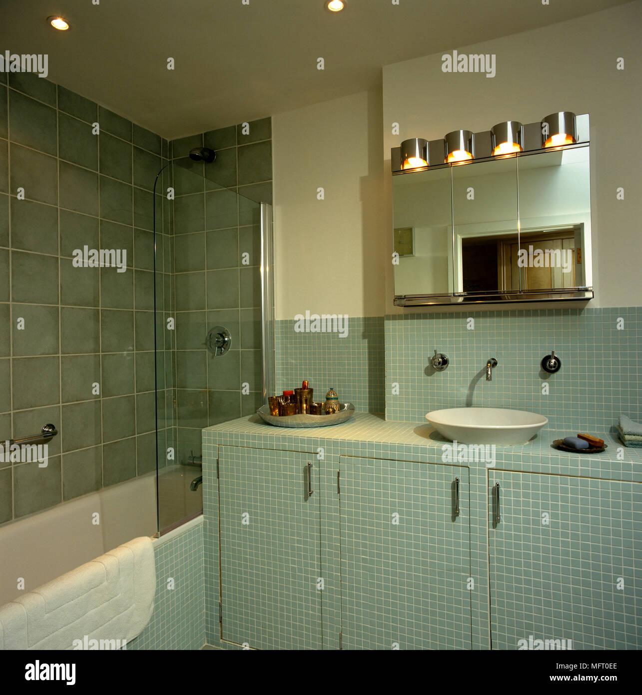vasque au sol salle de bain Vasque sur sol carrelé armoire à côté de baignoire dans salle de bains vert