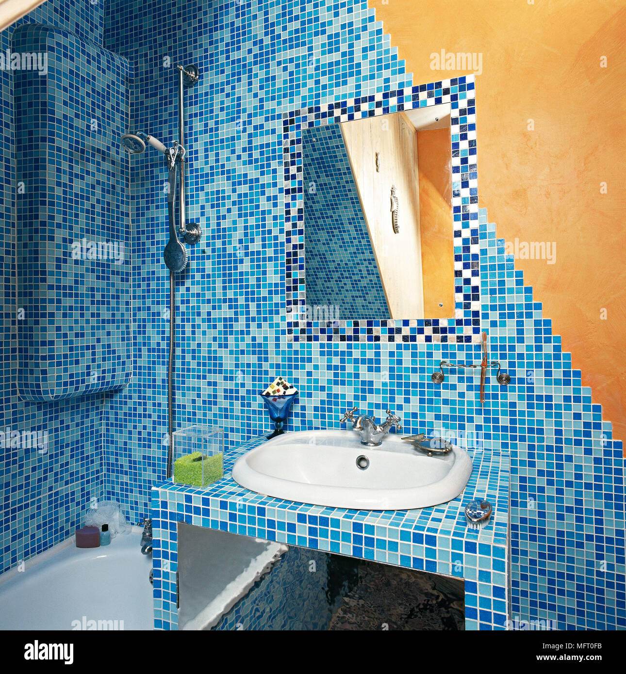 Modele Salle De Bain Avec Mosaique salle de bains avec mosaïque artistique bleu murs carrelés
