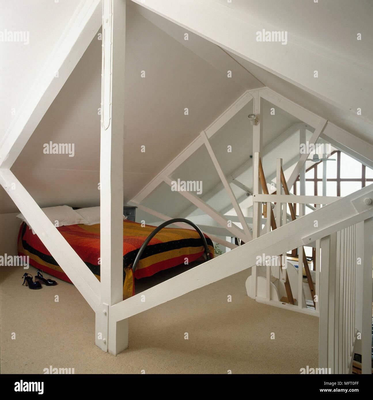 Une Chambre Mansardée Dans Beach House Avec Poutres Peintes En Blanc, Du0027un  Lit Double Et Du0027u0027un Plafond Mansardé.