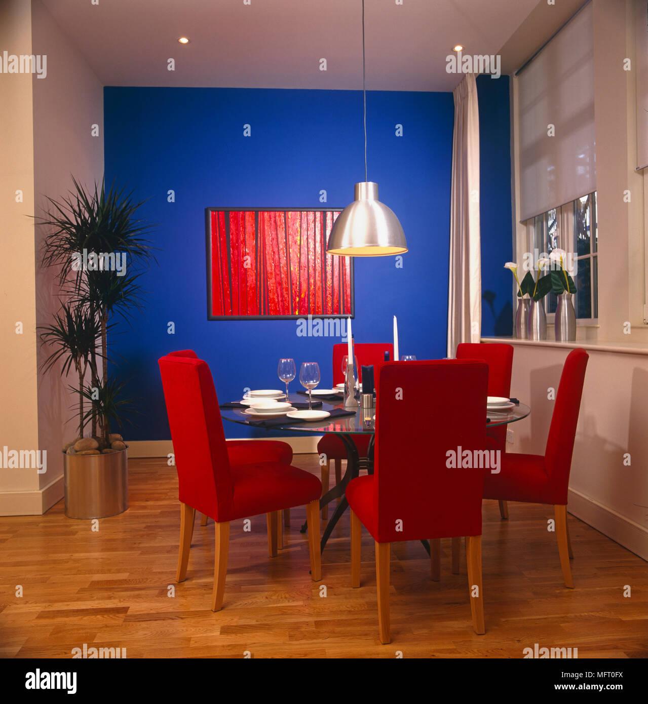 De Confortables Chaises Rouge Autour De Table Dressee Pour