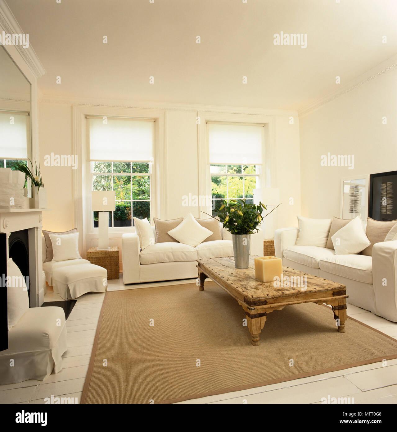 Blanc et beige l gant salon avec canap s et un plancher peint autour d 39 une table basse banque d - Salon beige et blanc ...