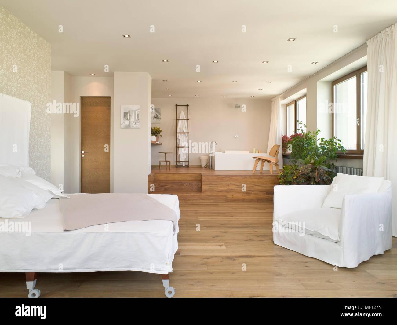 Chambre Ouverte Salle De Bain chambre à coucher ouverte avec plancher en bois et un lit