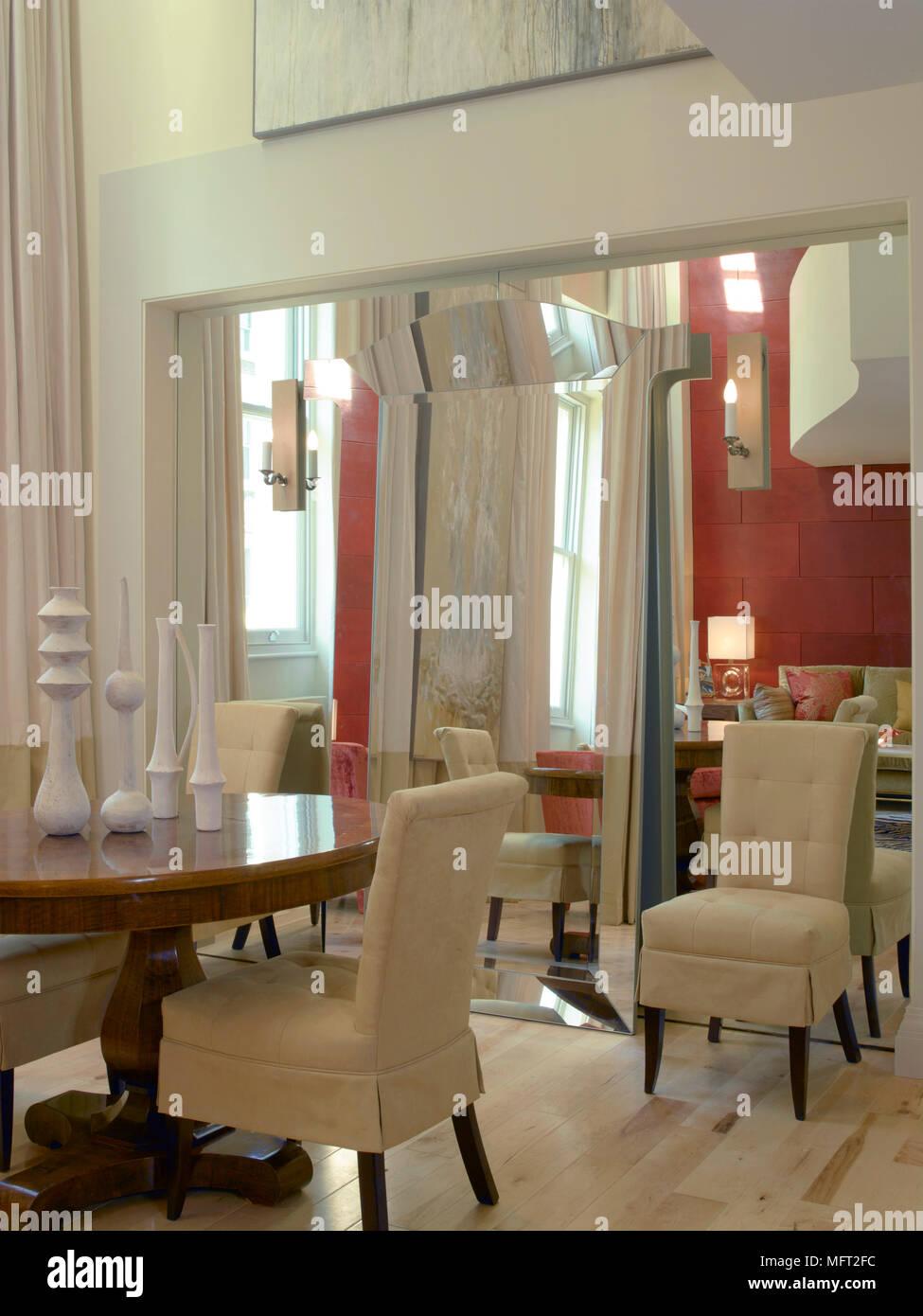 Salle à manger moderne détails avec une table à manger ronde ...