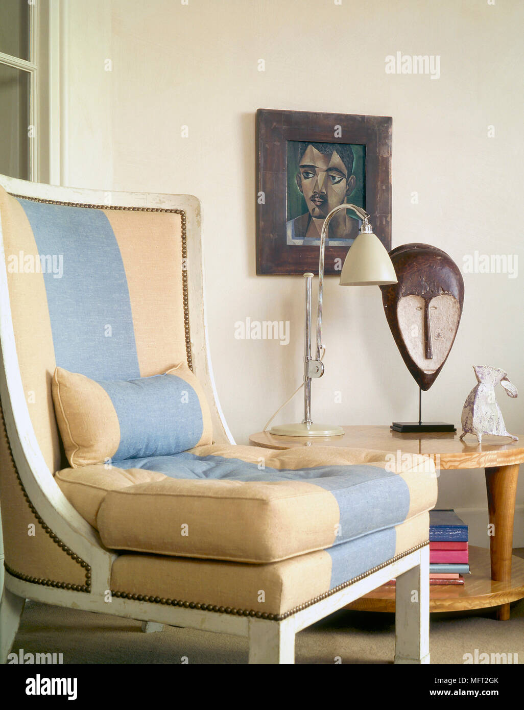 Un Détail Du0027un Salon Moderne Avec Chaise En Bois Peint, Tissu Rayé, Retro,  Table, Lampe