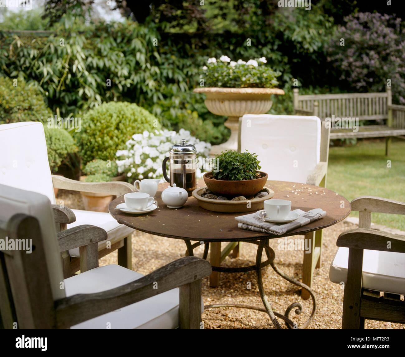 Un détail d\'un pays jardin avec une terrasse couverte, table et ...