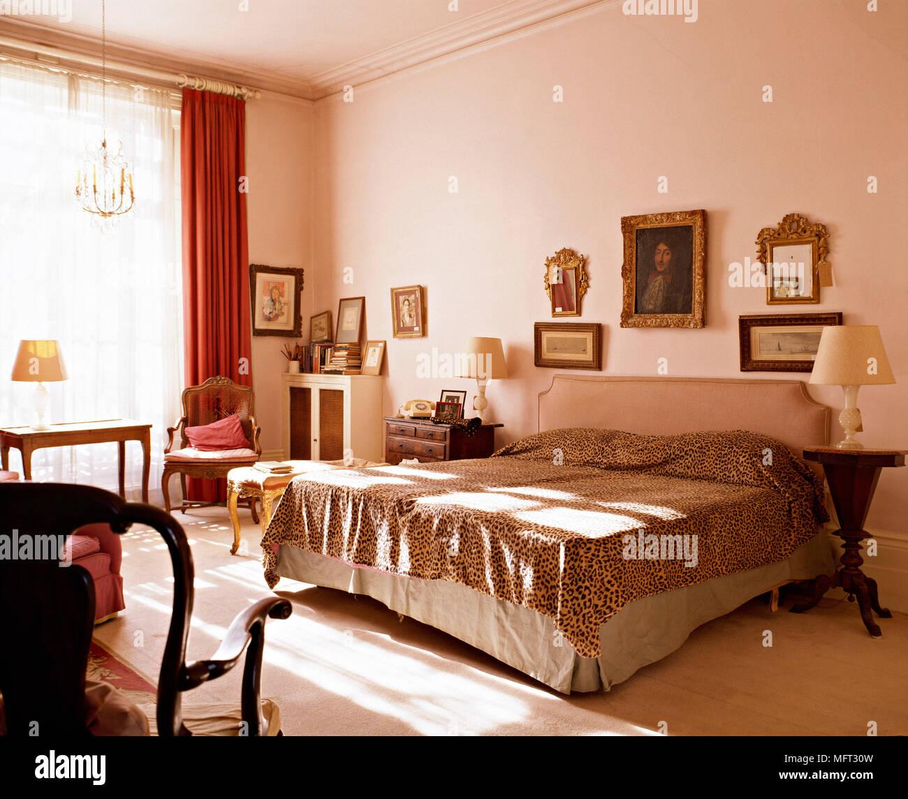 Chambre classique lit fauteuil;s table de chevet lampes rideaux peau ...