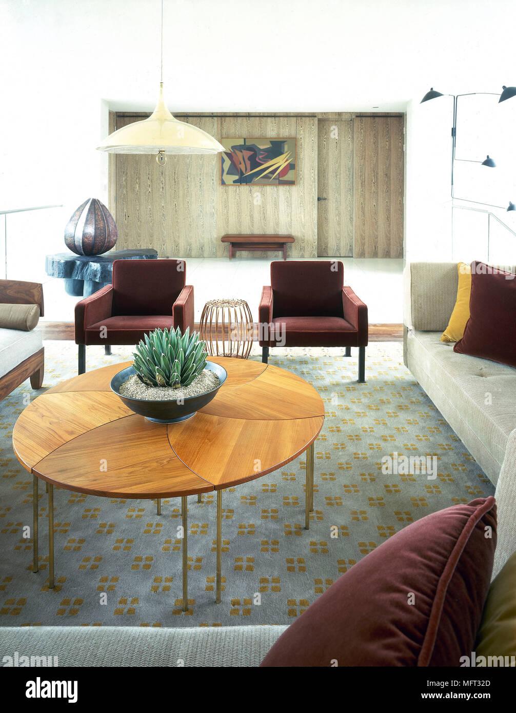 Coin autour d\'une table basse ronde en bois dans le salon ...