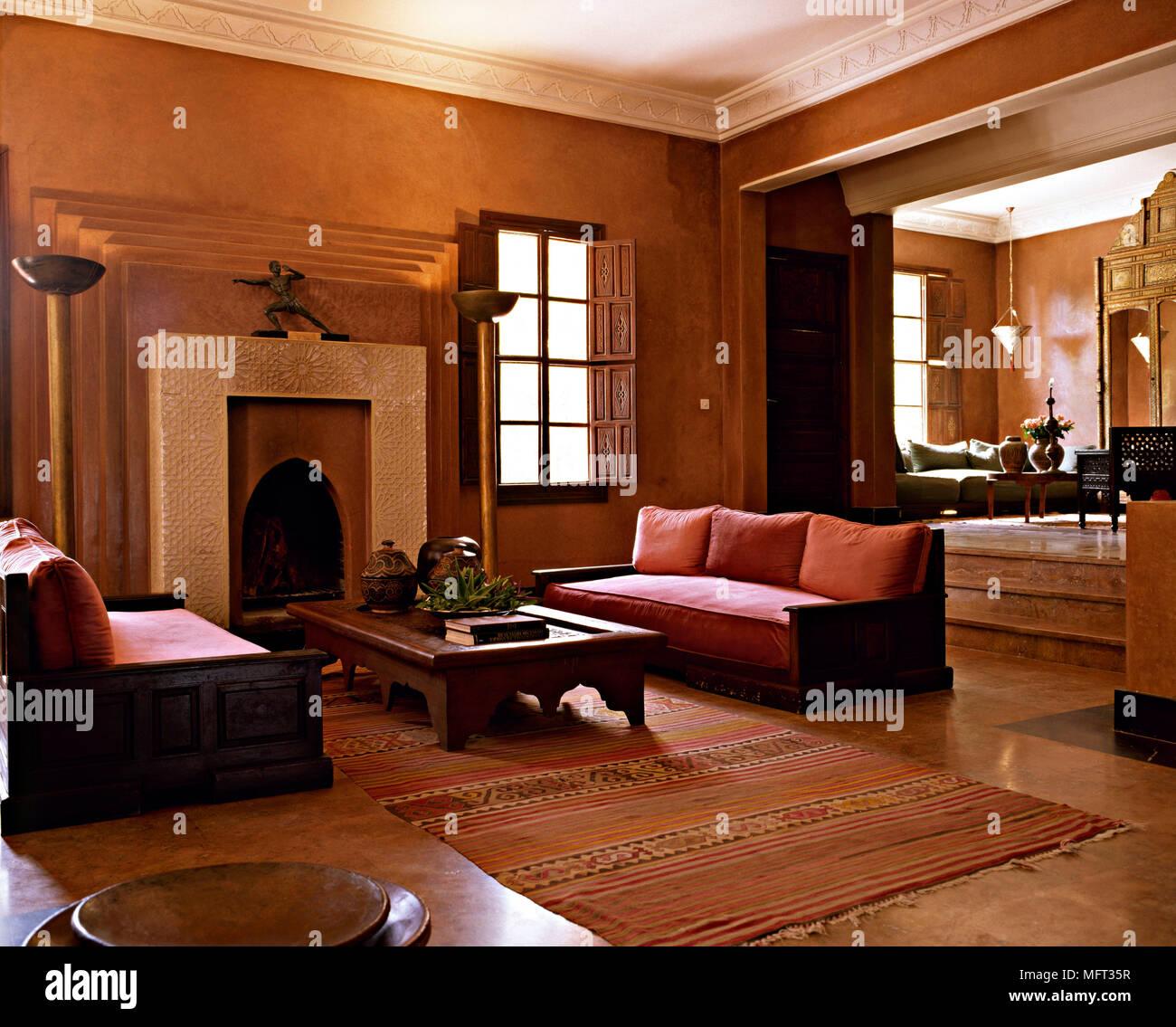 Hôtel suite marocaine salon cheminée table basse intérieur ...