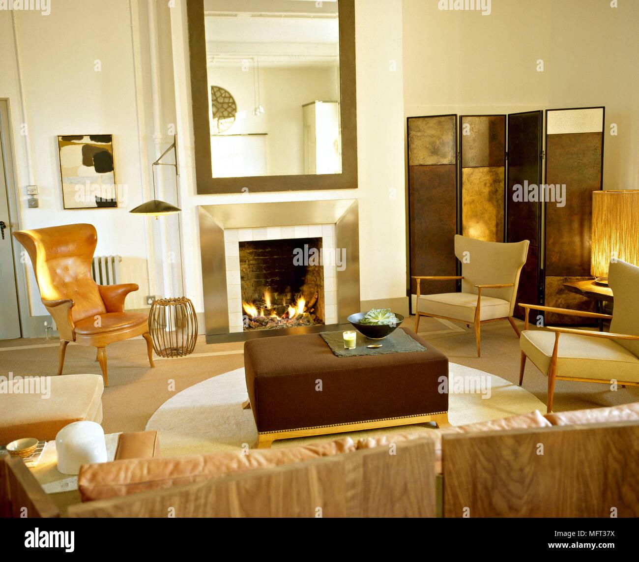 Salon moderne cheminée allumé le feu anneau brown fauteuil ...