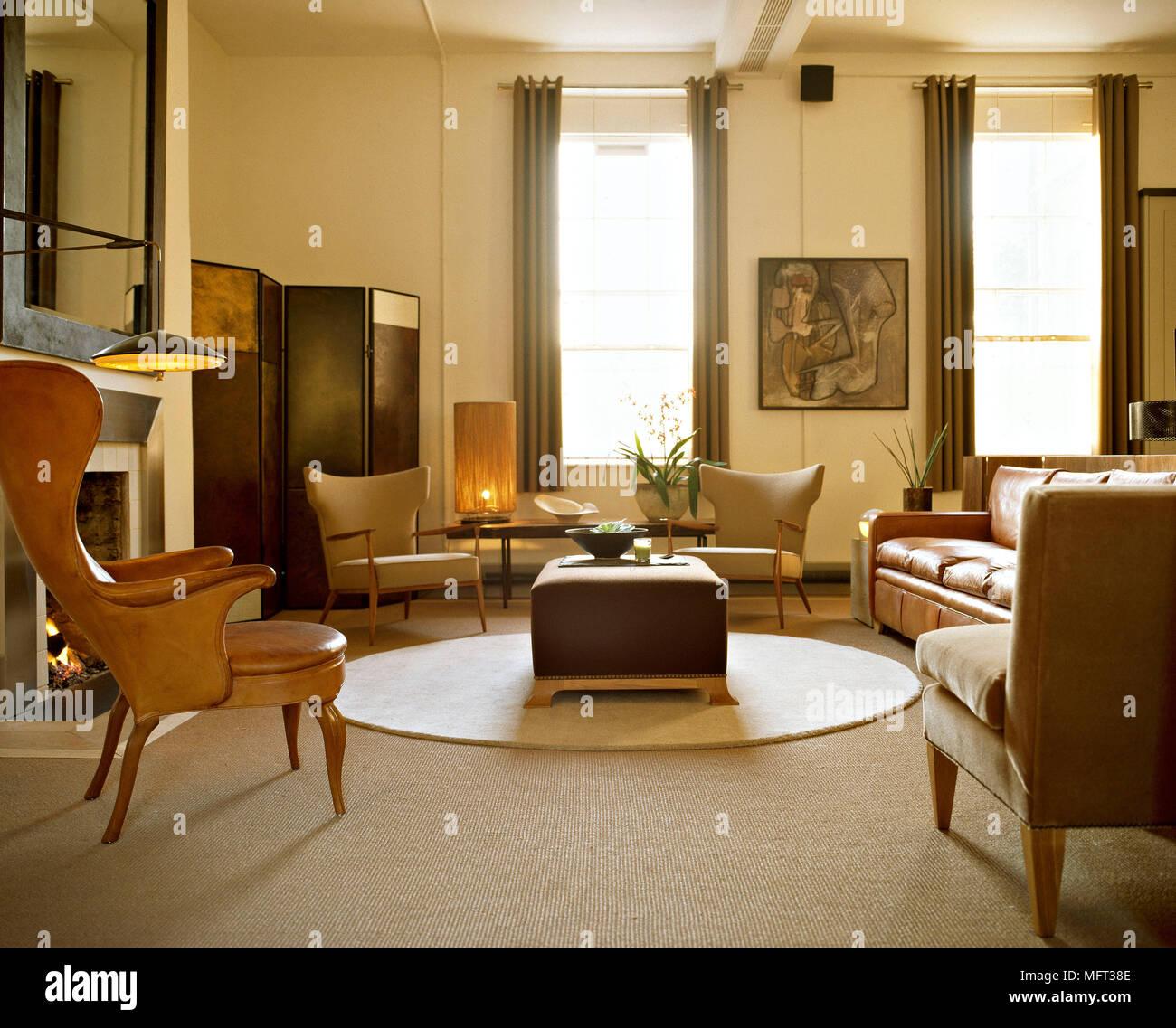 Salon moderne en cuir marron fauteuils et canapé tapis circulaire ...