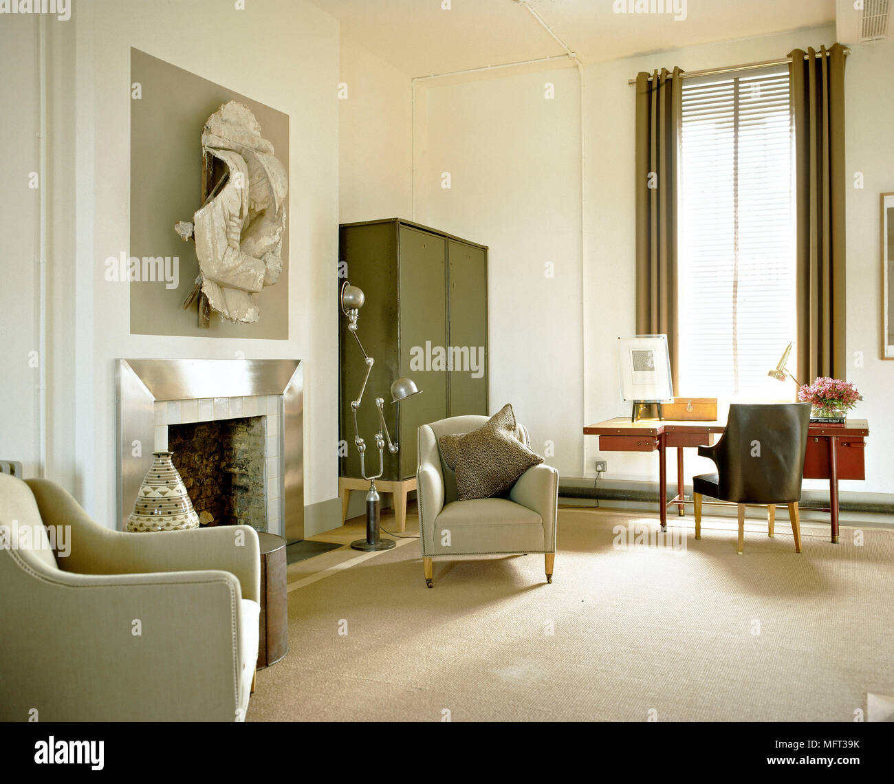 Neutre Moderne Salon Fauteuils Capitonnes Cheminee Surround Metal