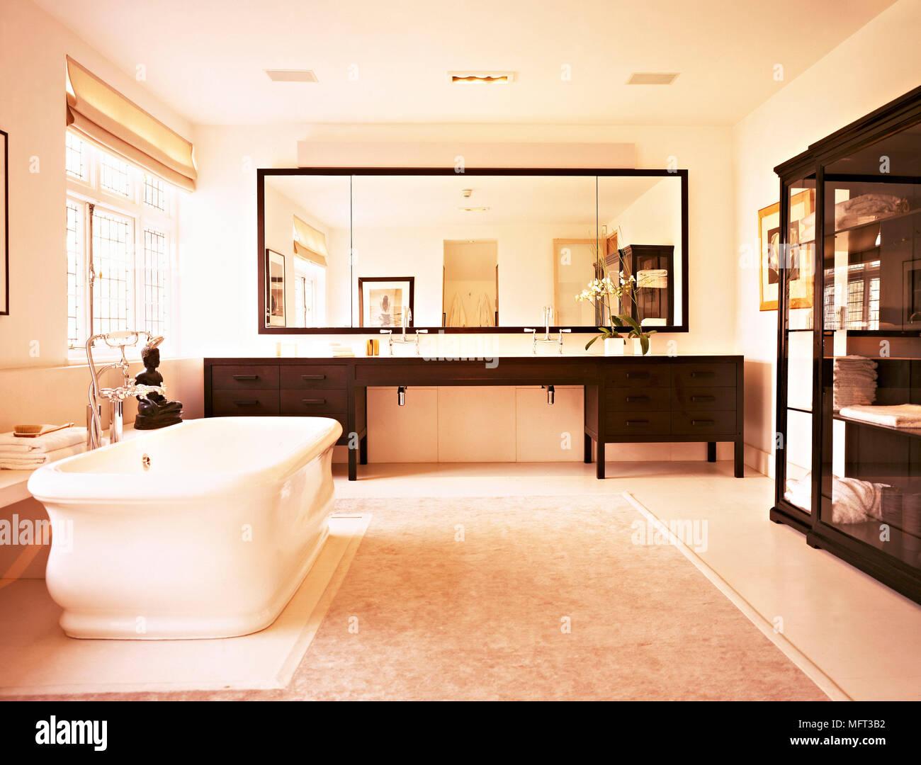 Salle de bains baignoire sur pied neutre moderne lavabos situé dans ...