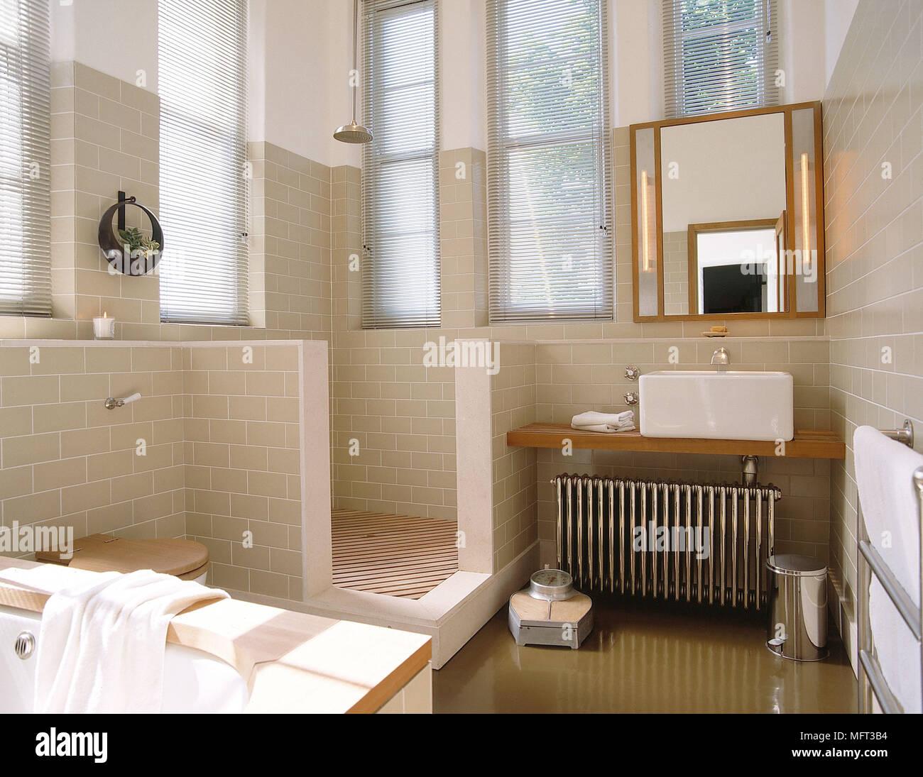 salle de bains moderne en carrelage neutre murs espace douche lavabo sur plateau bois interiors. Black Bedroom Furniture Sets. Home Design Ideas
