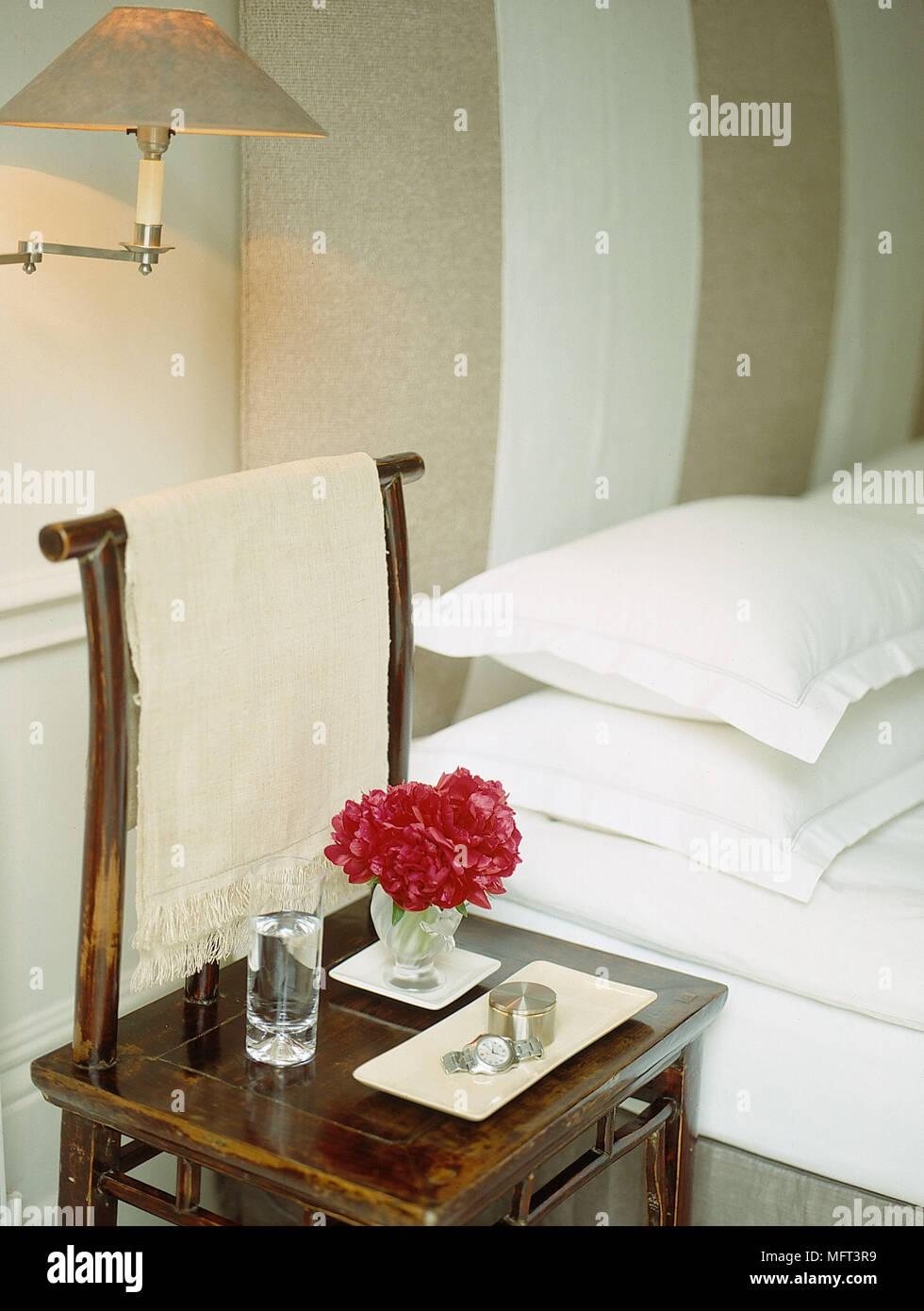 Chambre Lit Moderne Mobilier Oriental Wall Light Beige Blanc Sur Lit Double  Lit Et Taies Du0027chaises Lampe Murale Verre De Lu0027eau Des Fleurs à Gla