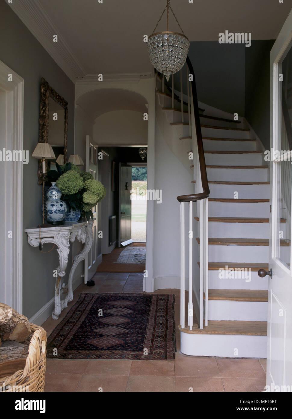 un hall d 39 entr e avec porte vitr e demi ouvert escalier en pierre marbre lustre table. Black Bedroom Furniture Sets. Home Design Ideas